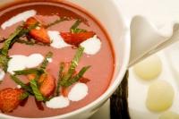 Studená jahodová polévka s vanilkou, citrónovým sorbetem a čerstvou mátou