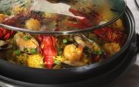Paella s kuřecím masem, mořskými plody a klobásou chorizo