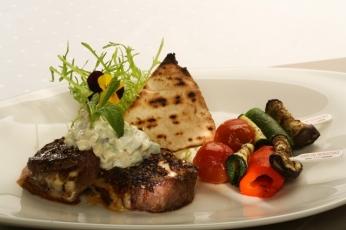 Medailonky z hovězího masa s modrým sýrem, grilovanou zeleninou a jogurtovou omáčkou
