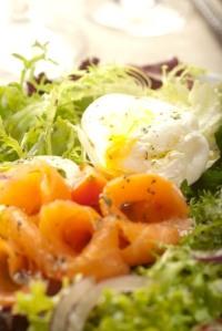 Salát s plátky uzeného lososa, vejcem a francouzskou zálivkou