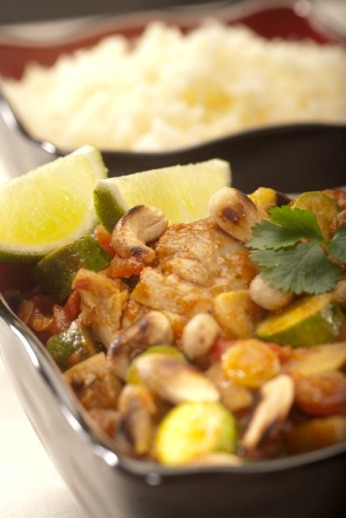 Marocké kuřecí maso se zeleninou, mandlemi a kešu oříšky