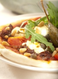 Pizza s rukolou, sýrem ricotta a sušenými rajčaty