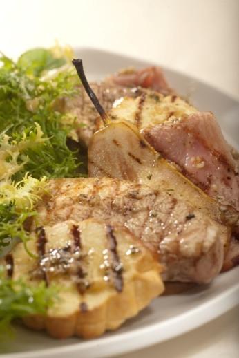 Grilované kuřecí prsa s hruškami a uzeným ovčím sýrem