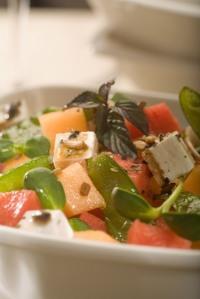Salát s melounem, hráškem a balkánským sýrem