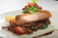 Pečené filé z lososa na zlaté krustě se smaženými liškami a salátem Pak Choi