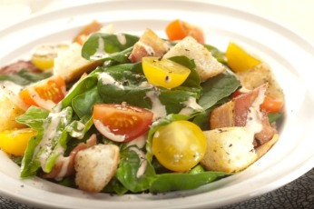 Špenátový salát s uzeným bůčkem a italskou omáčkou