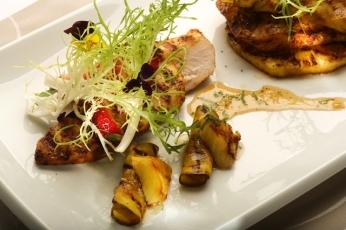 Pikantní kuřecí prsa s grilovaným ovocem a medovou omáčkou