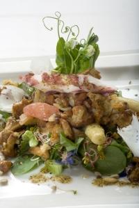 Teplý salát ze smažených lišek s chřestem a grilovanými krevetami