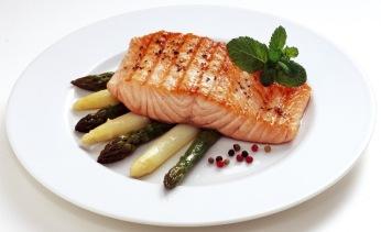 Grilované filé z lososa s bílým a zeleným chřestem a tropickým vinaigrette