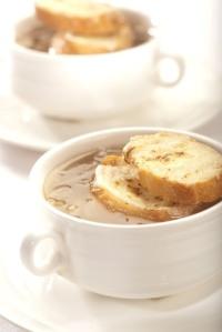Cibulačka s toasty a sýrem
