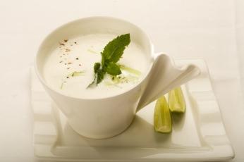 Indická studená polévka s okurkou, ochucená čerstvou mátou