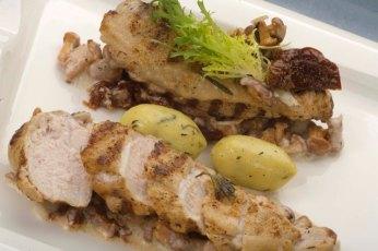 Marinovaná prsa z perličky s hříbky v gorgonzolové omáčce