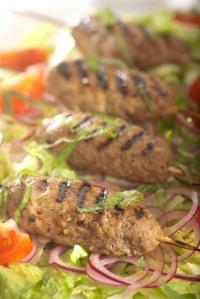 Skopové šašliky se salátem z cibule a papriky