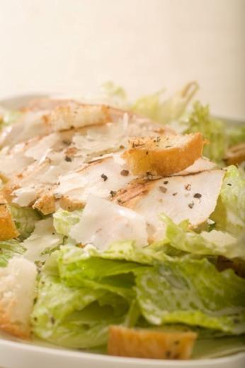 Salát Caesar s pikantním kuřecím masem a parmazánem