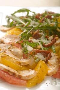 Salát s pomerančem, grapefruitem a bylinkovými kuřecími prsíčkami