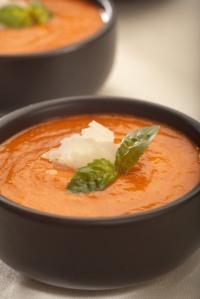 Studená polévka z červené papriky se sušenými rajčaty, bazalkou a čerstvě nastrouhaným parmezánem